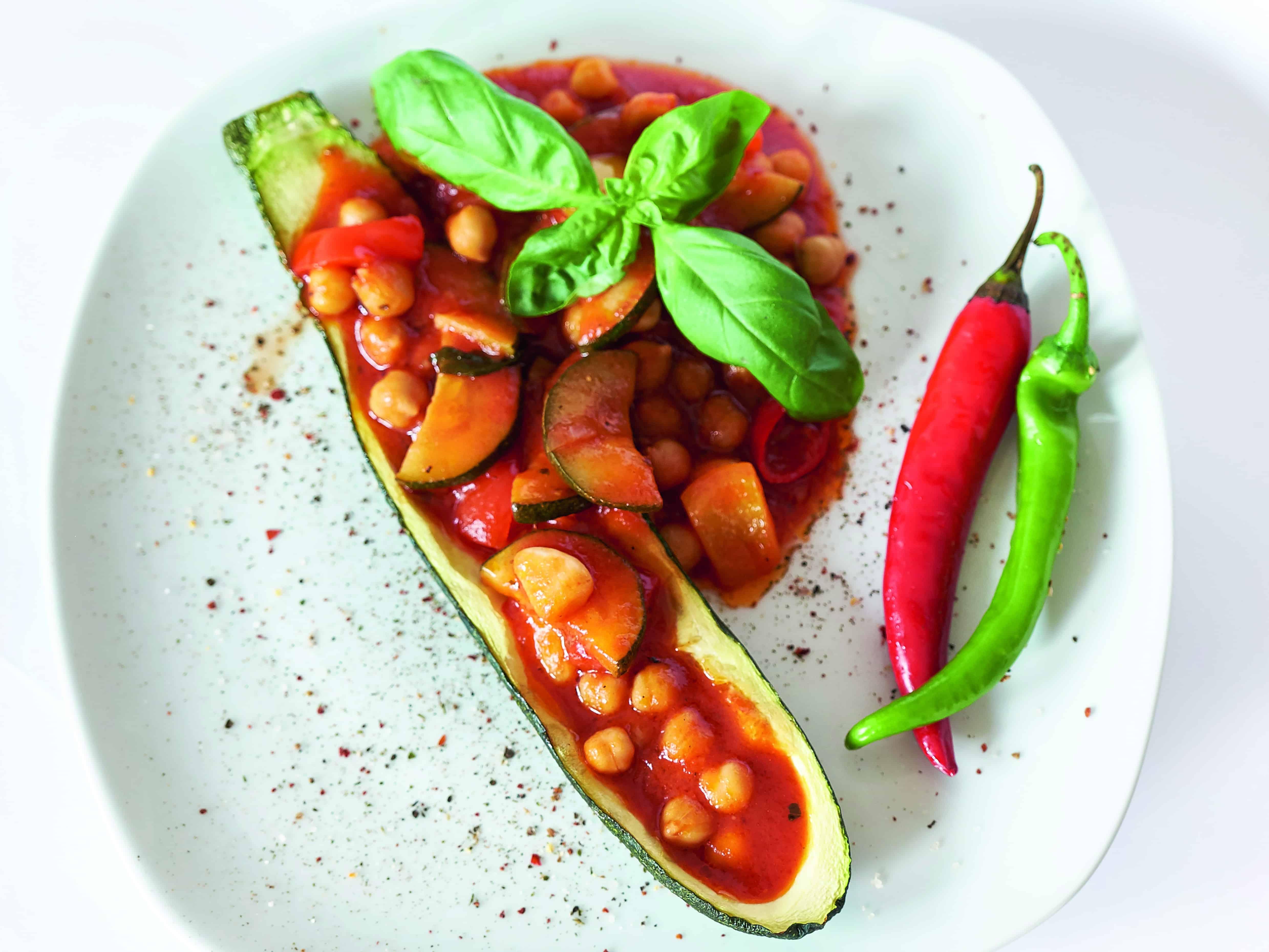 Zucchini Schiffchen aus dem Backofen gefüllt mit einer Tomaten Soße