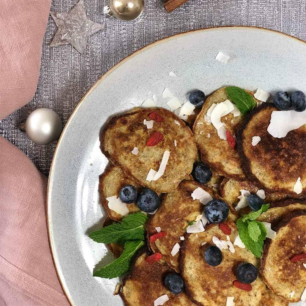 Vegane Pancakes mit Kokossträussel und Beeren